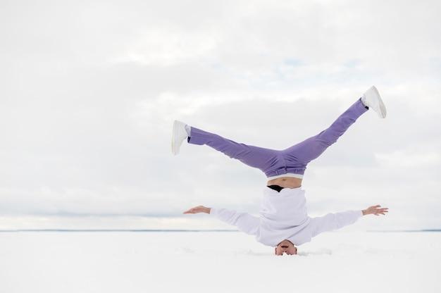 Męska tancerz pozycja na jego głowie z kopii przestrzenią
