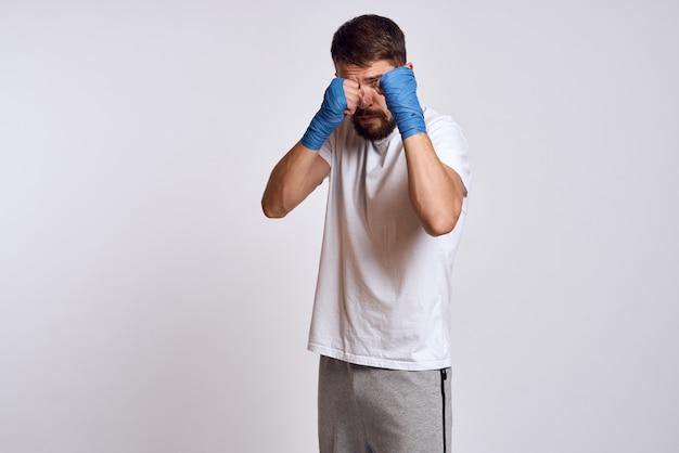 Męski atleta bokser trenuje w studiu