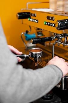 Męski barista za pomocą ekspresu do kawy