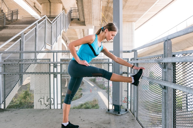 Męski biegacz robi rozciągania ćwiczenia narządzaniu dla ranku treningu