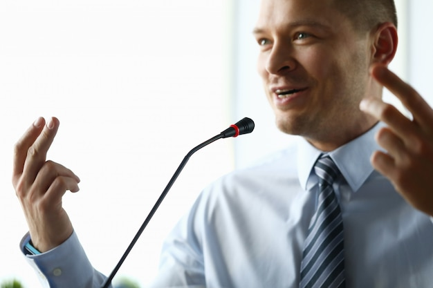 Męski biznesmen wdraża raport z postępu dla roku portreta.