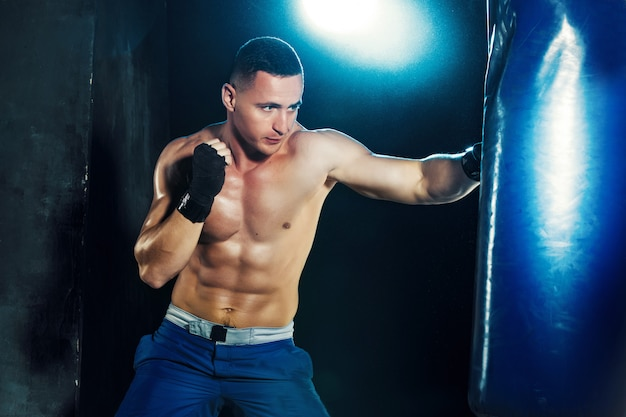 Męski bokser w boksie