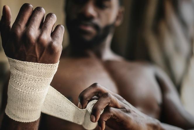 Męski bokser zakładający pasek na rękę