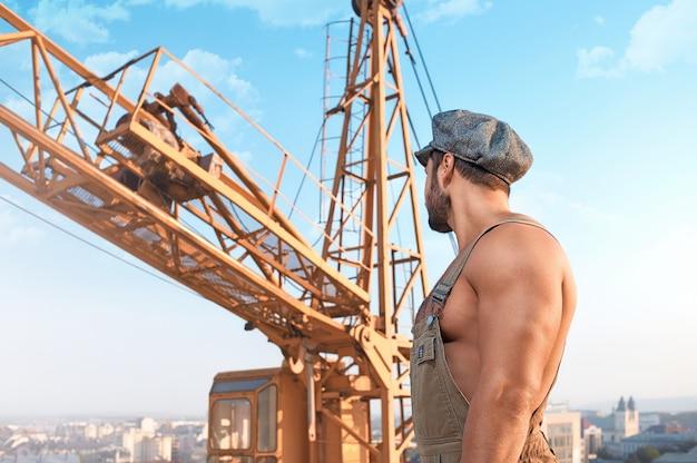 Męski budowniczy przy budową