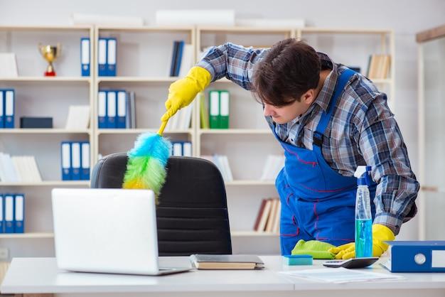 Męski cleaner pracuje w biurze