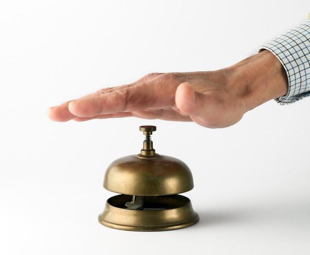 Męski dłoń dzwoni mosiężny dzwonek serwisowy