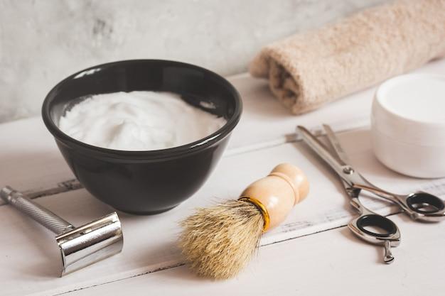 Męski drewniany pulpit fryzjerski z narzędziami do golenia z bliska