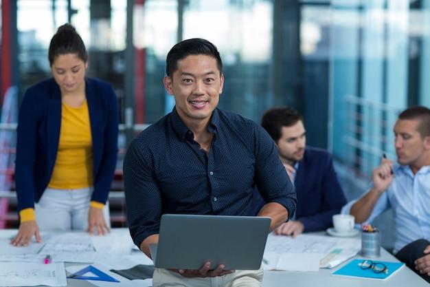 Męski dyrektor wykonawczy używa laptop