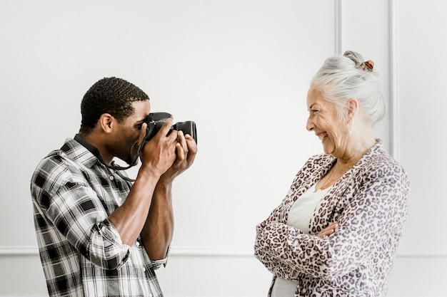 Męski fotograf i starsza klientka