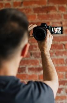 Męski fotograf robi zdjęcie lustrzanką cyfrową