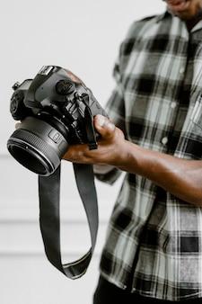 Męski fotograf trzymający aparat