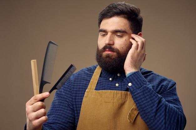 Męski fryzjer i fryzjera pozować