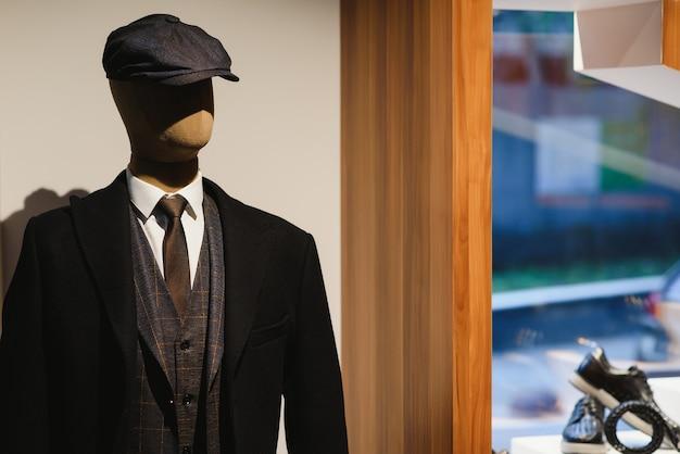 Męski garnitur, koszula, krawat na manekinie w sklepie