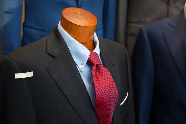Męski garnitur w sklepie z ubraniami