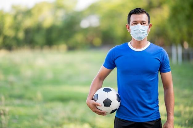 Męski gracz futbolu w medycznej masce