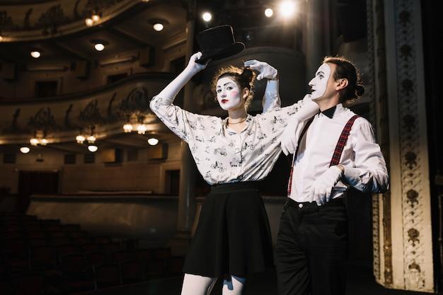Męski i żeński mima artysty spełnianie na scenie