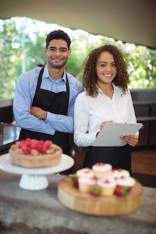 Męski kelner i kobieta kelnerka ze schowka