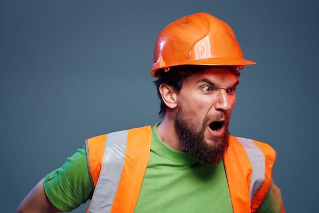 Męski konstruktor pomarańczowy hełm na tle przemysłu głowy na białym tle