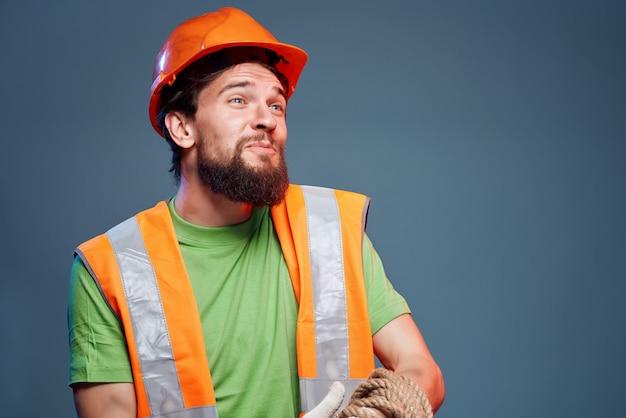 Męski konstruktor pomarańczowy kask na głowie profesjonalne emocje. zdjęcie wysokiej jakości