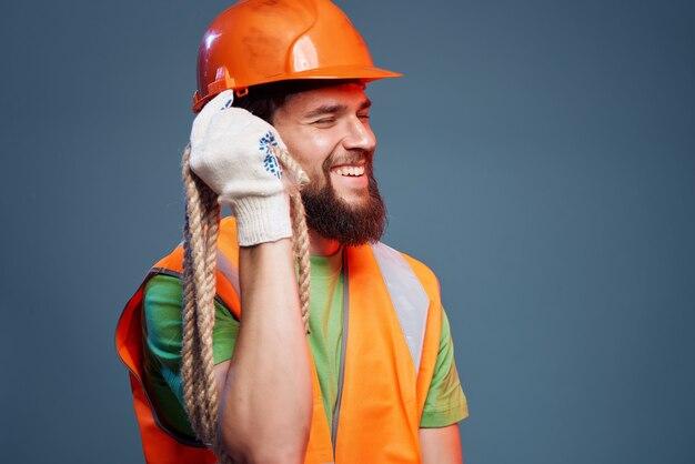 Męski konstruktor pomarańczowy kask na głowie profesjonalne emocje