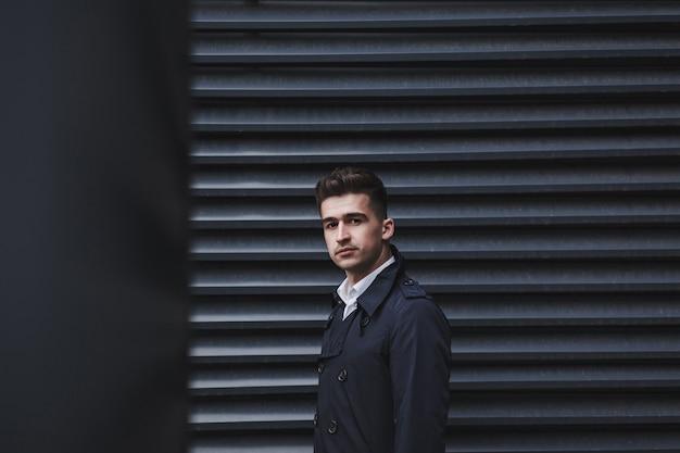 Męski model moda w eleganckim stylu. miejsce na tekst. młody biznesmen