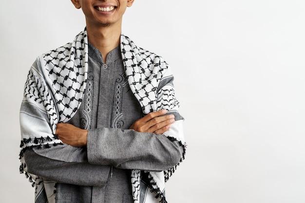 Męski muzułmański ono uśmiecha się z ręką krzyżującą