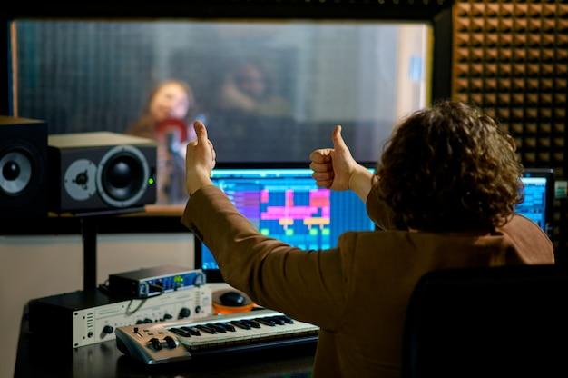 Męski muzyk i wokalistka, studio nagrań