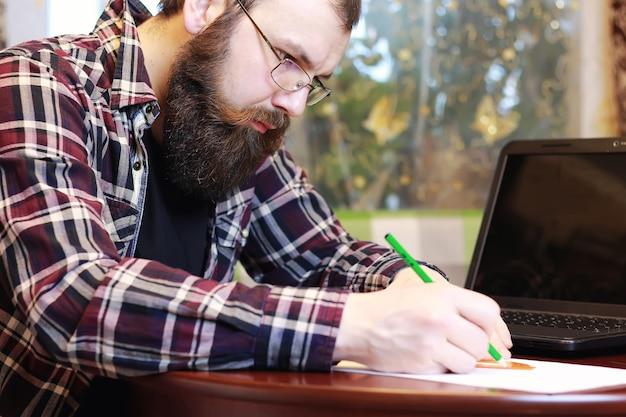 Męski notatnik praca brodaty