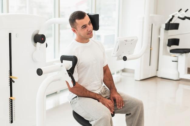 Męski pacjent używa medyczną maszynę