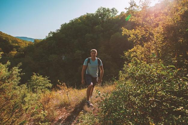 Męski podróżnik na górze góry