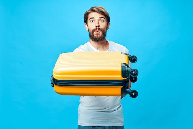 Męski podróżnik z walizką w jego ręk pozować, wakacje