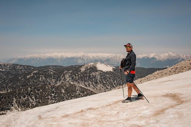 Męski podróżnik z wycieczkować wyposażenie w górach
