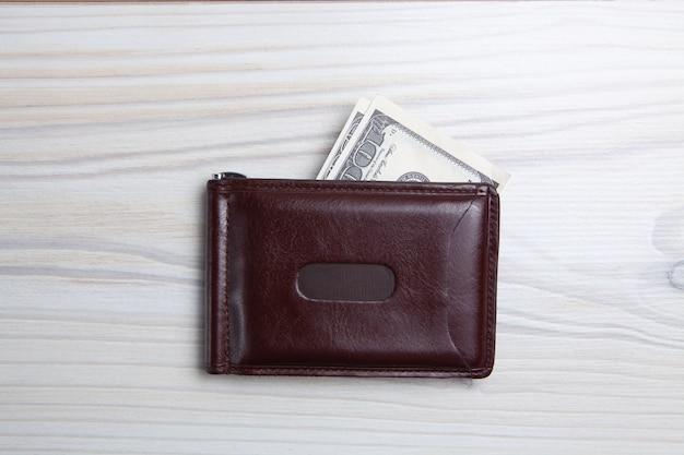 Męski portfel z wizerunkiem studia banknotów.