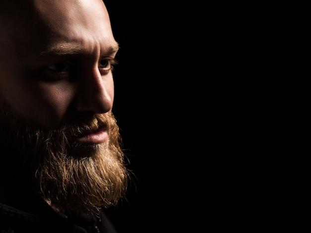 Męski portret facet z brodą