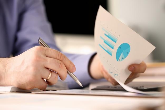 Męski pracownik banku robi biznesowej księgowości pojęciu