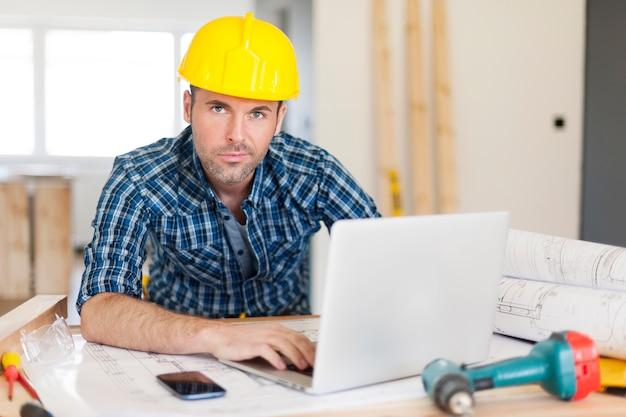 Męski pracownik budowlany w pracy