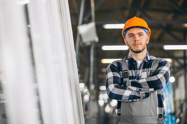 Męski pracownik w fabryce