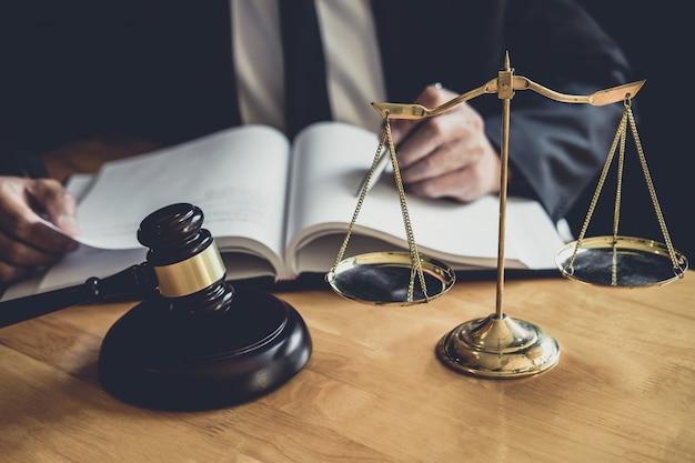 Męski prawnik lub sędzia pracujący z dokumentami kontraktowymi