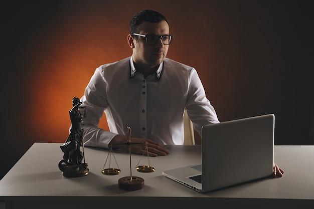 Męski prawnik pracujący z dokumentami kontraktowymi i drewnianym młotkiem na stole w sali sądowej. sprawiedliwość i prawo, adwokat, sędzia sądowy, koncepcja.