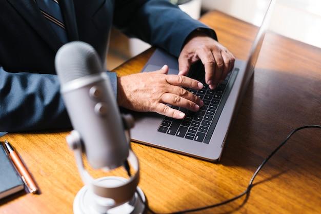 Męski prezenter radiowy transmitujący na żywo w studiu