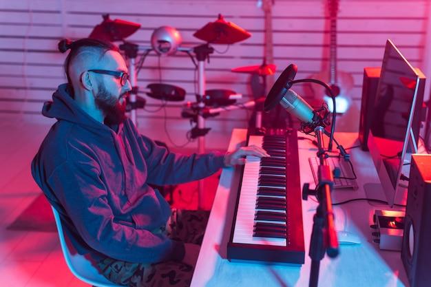 Męski producent dźwięku pracujący w studiu nagrań.