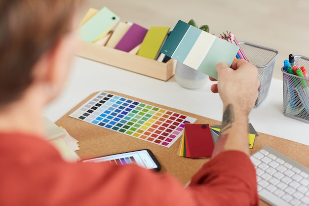Męski projektant pracujący nad paletami kolorów