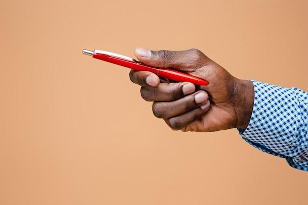 Męski ręki mienia ołówek, odosobniony