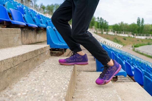 Męski sportowiec biegnie w górę iw dół po schodach