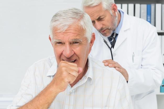 Męski starszy pacjent odwiedza lekarkę