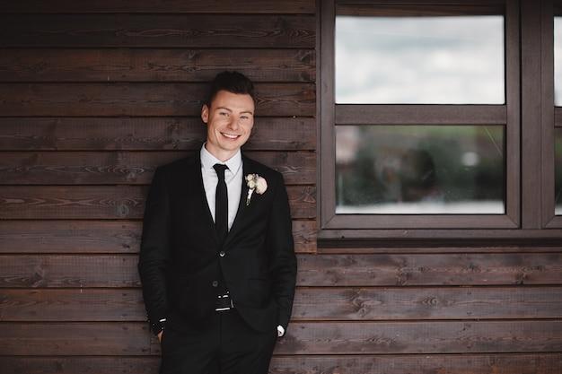 Męski styl. elegancki młody mężczyzna. szczegół portret mężczyzny w luksusowym klasycznym modnym garniturze. portret pana młodego. uroda męska, moda.