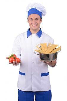 Męski szef kuchni kulinarny makaron i uśmiech.