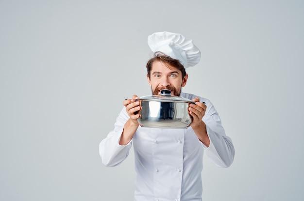 Męski szef kuchni w białym kapeluszu na głowie obsługa kuchni w restauracji