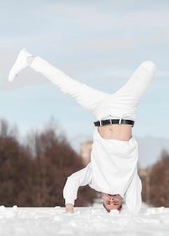 Męski tancerz ćwiczy hip hop