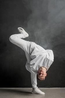 Męski tancerz pozuje z dymem